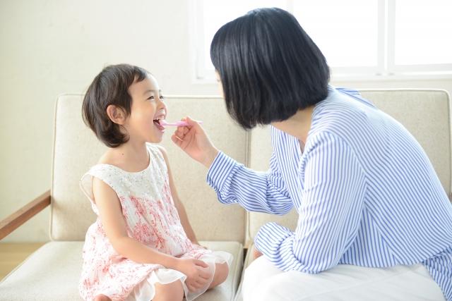歯磨きをする親子の画像